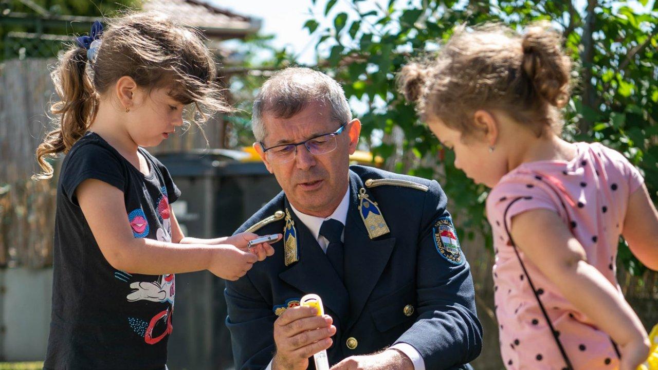 Meglátogatták a rendőrök az 5 éves Elenát, aki megmentette az édesanyját