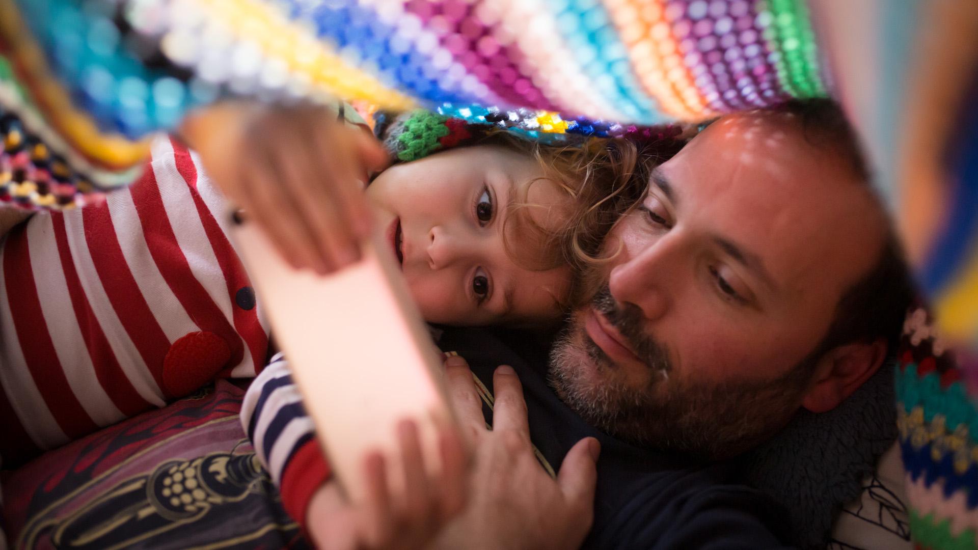 Szívás a koránkelés, de öröm itthon lenni a gyerekkel