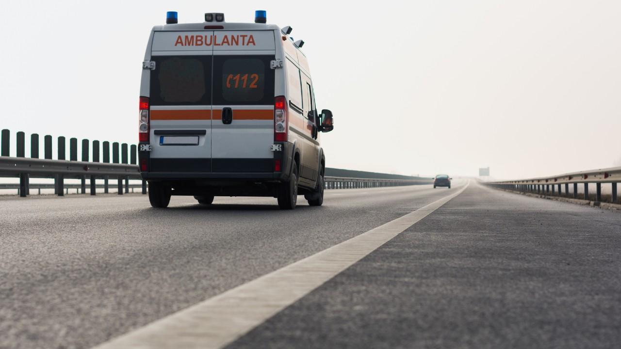 Mentőautó száguld egy román autóúton (fotó: Getty Images)