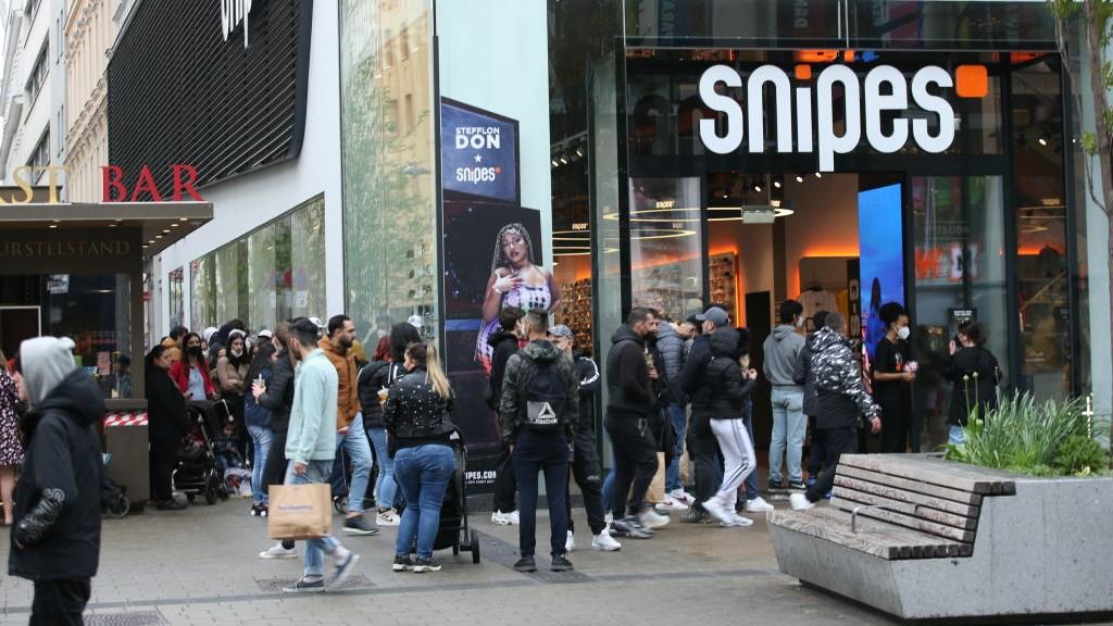 Bécsben hétfőn, az egy hónapig tartó, a koronavírus-járvány megfékezését célzó teljes zárlat feloldása után a vásárlók valósággal megrohamozták az üzleteket.