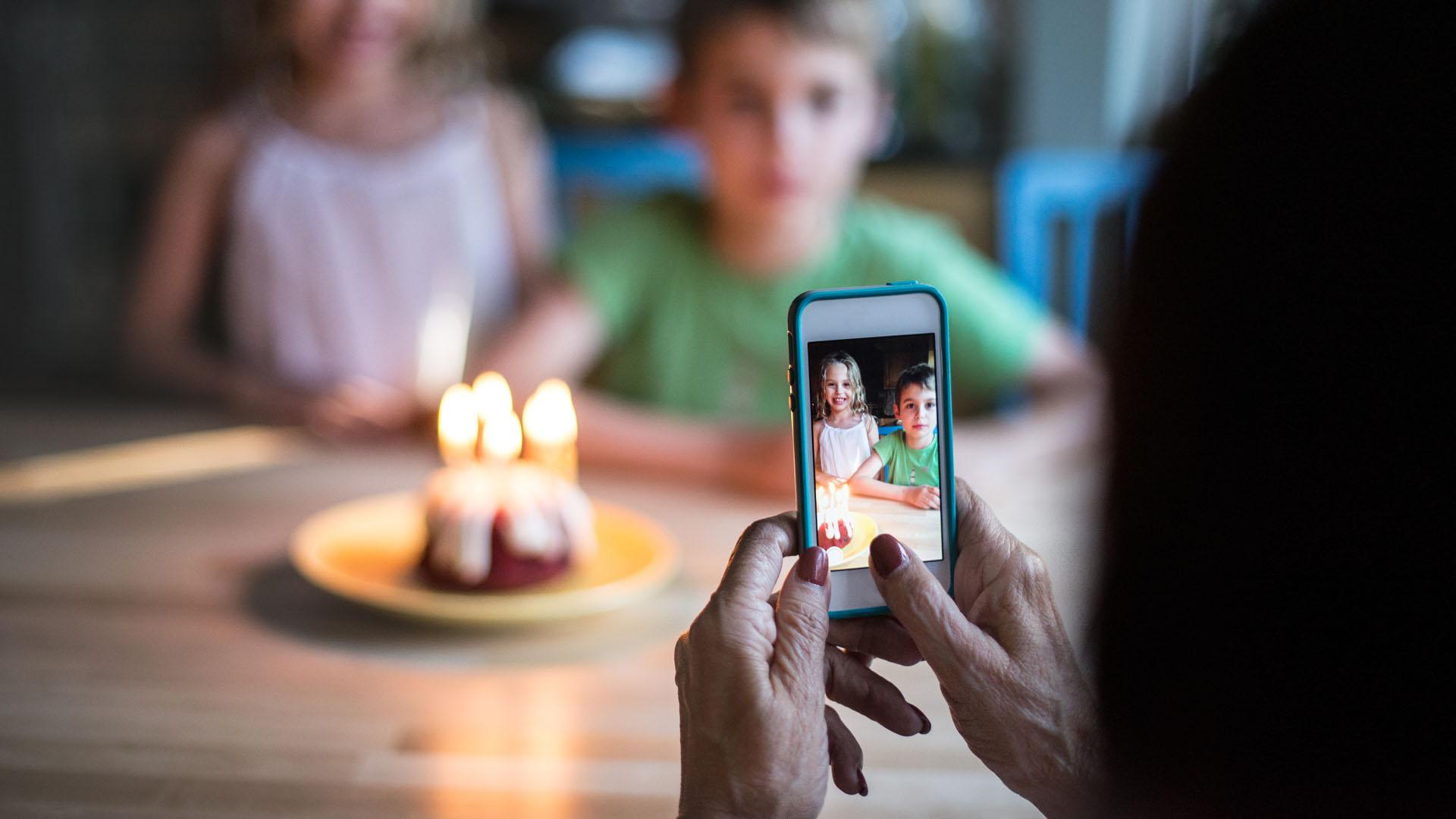 Az unokák fotóival vadássza a lájkokat a nagyi?