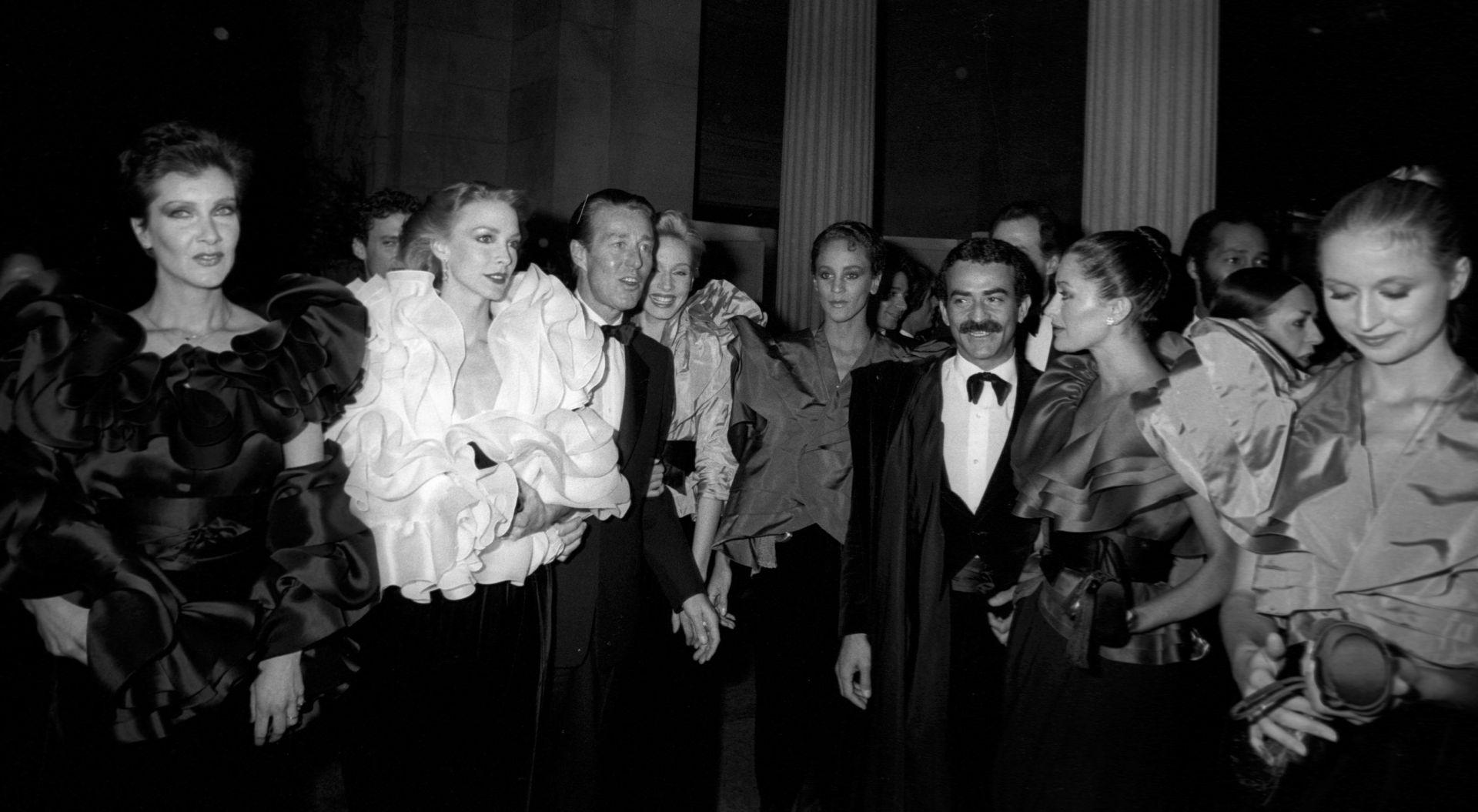 Halston és társa, Victor Hugo 1980-ban, modellek társaságában.