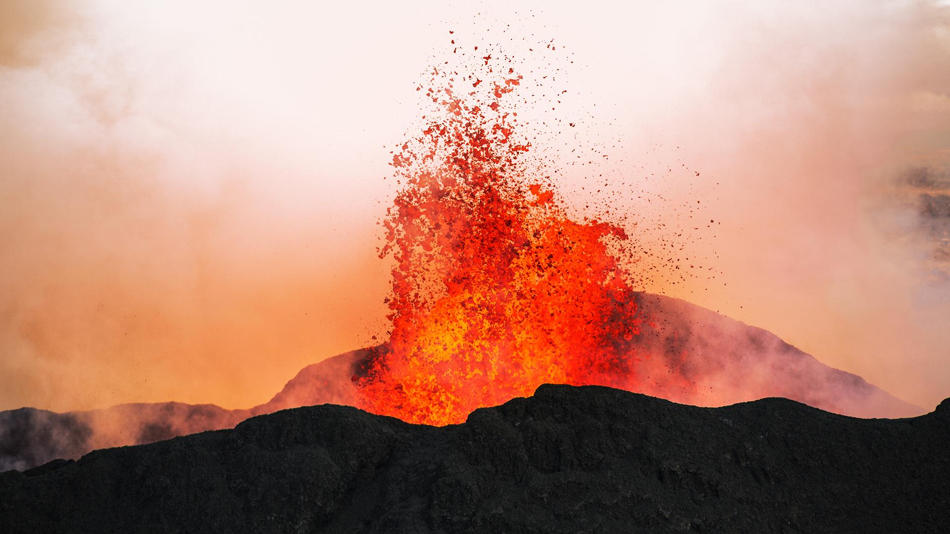 Közel fél kilométer magasra lövellt ki a láva egy izlandi vulkán kürtőjéből