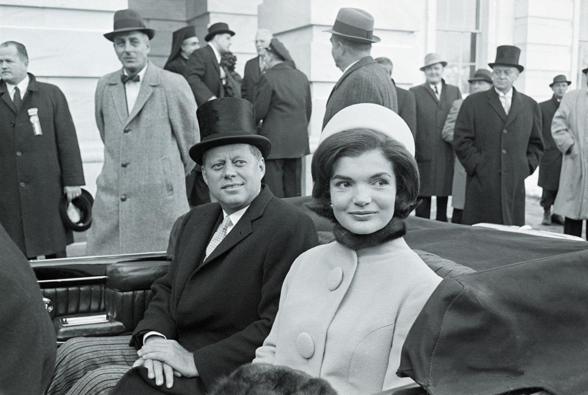 John F Kennedy és Jacqueline Kennedy 1961-ben, az elnöki beiktatáson. A First Lady Halston által tervezett kalapot viselt.