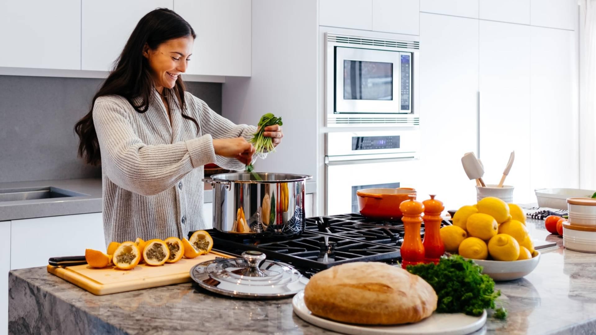 nő egészségeset főz