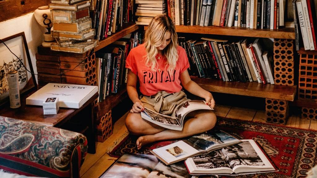 könyveket lapoző nő