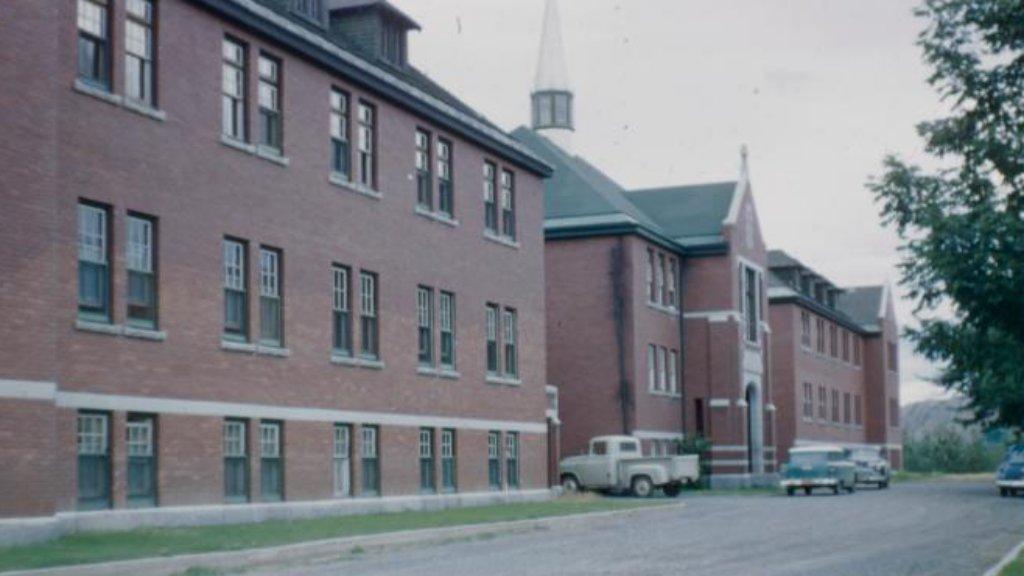 215 gyerek maradványaira bukkantak egy kanadai iskola területén