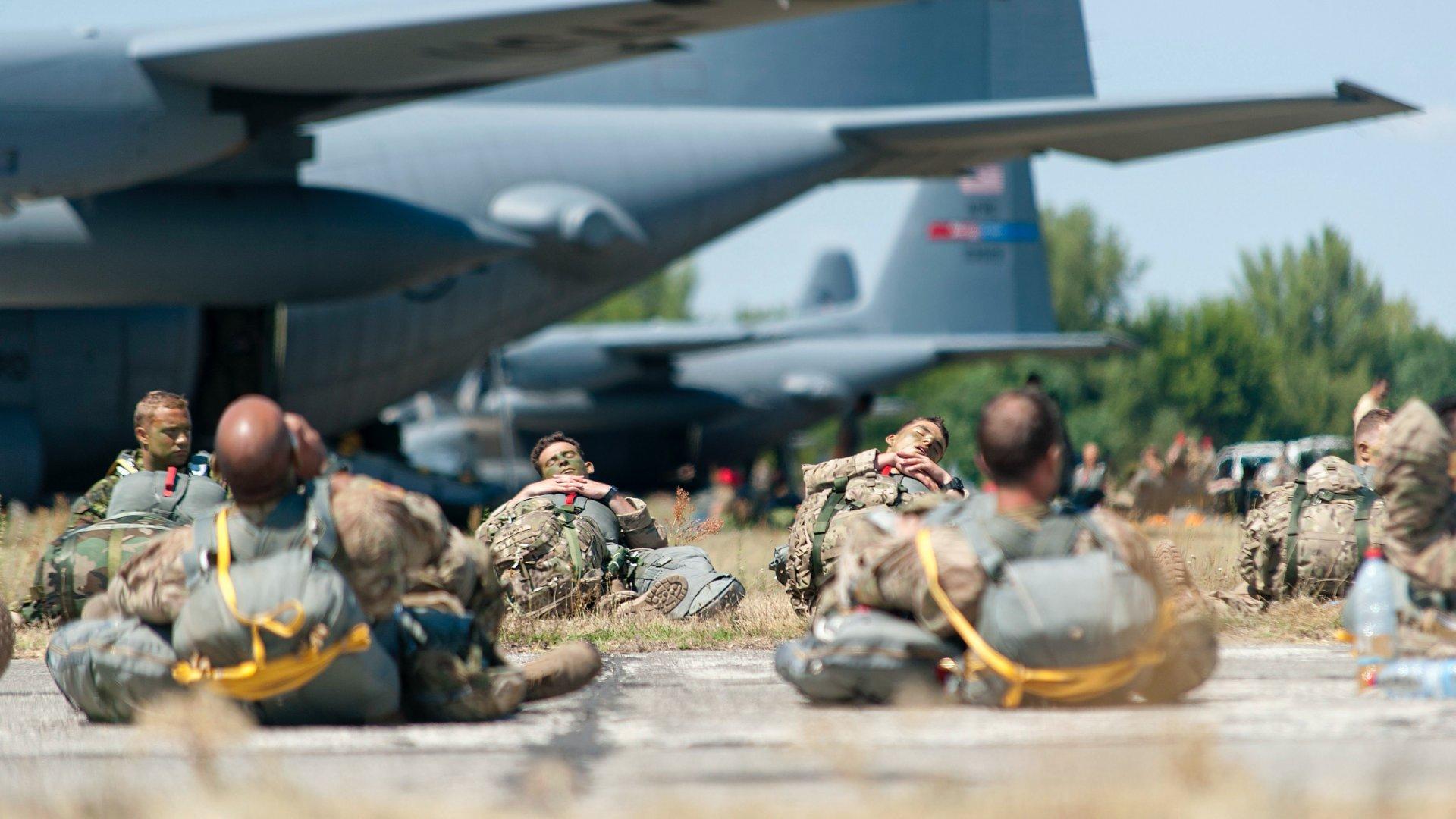 Ejtőernyős katonák