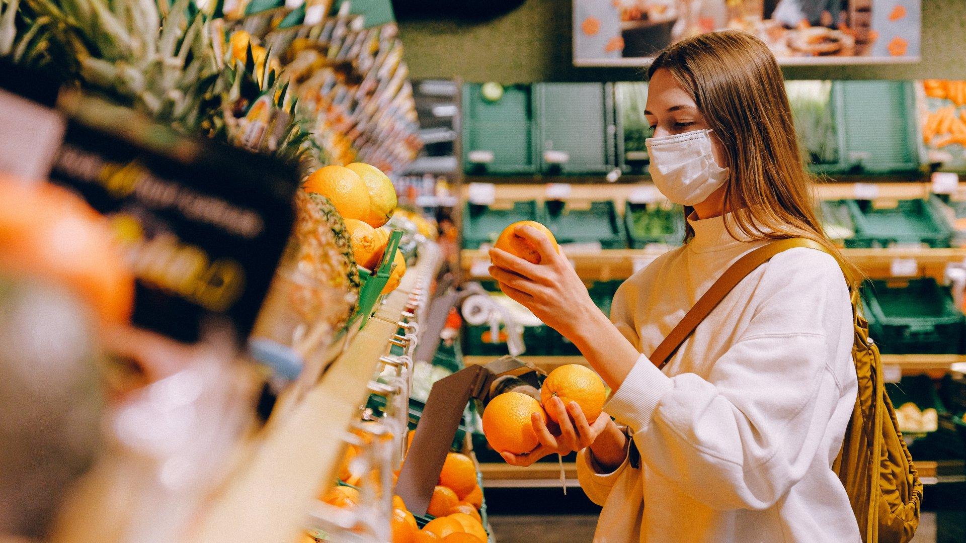 Maszkot viselő nő egy boltban