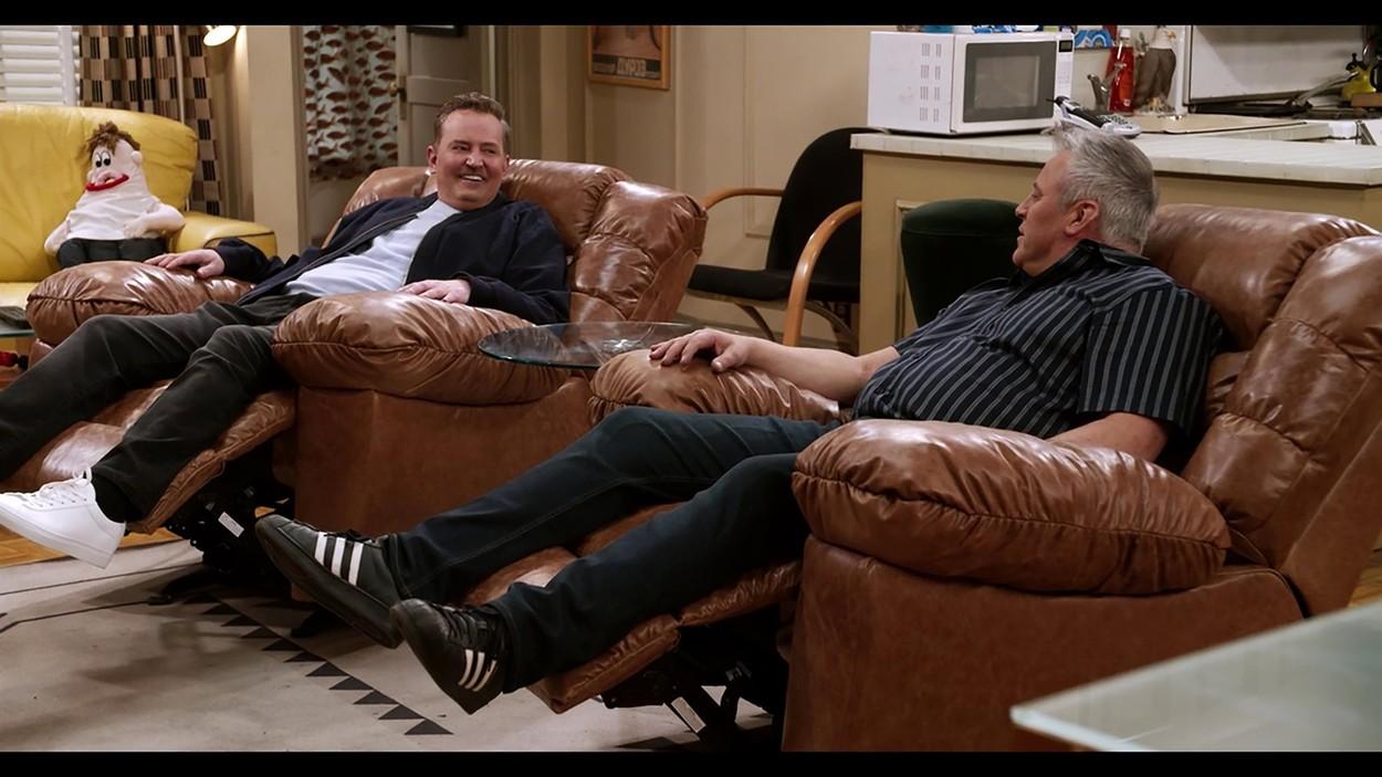 Az ikonikus fotelek: Matt LeBlanc és Matthew Perry 17 év után tértek vissza a Jóbarátok díszletébe