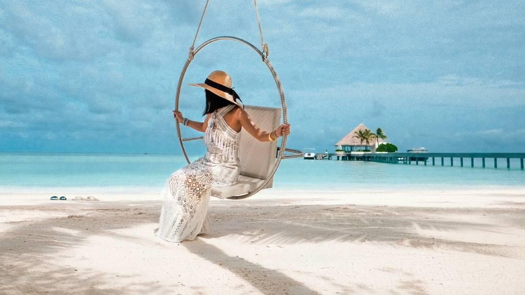 nő fehérhomokos strandon