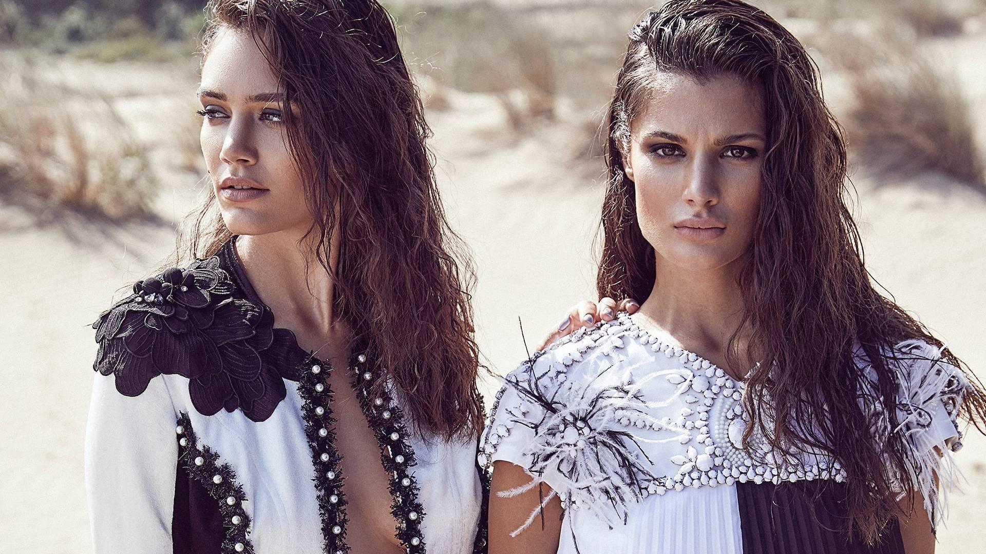 fekete-fehér ruhás nők