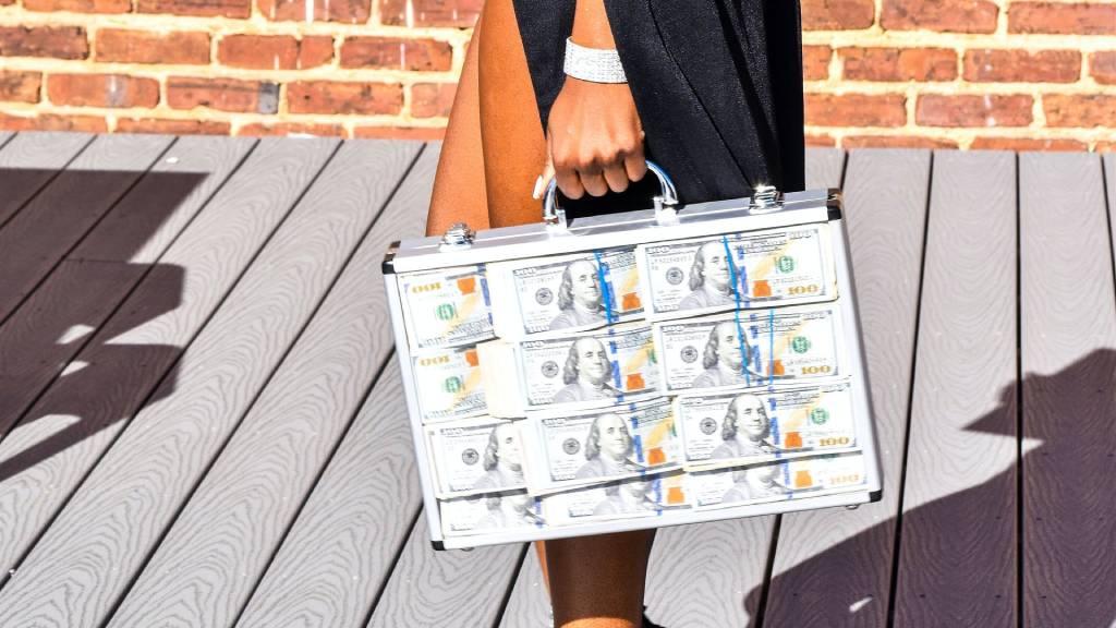 pénzzel teli bőrönd