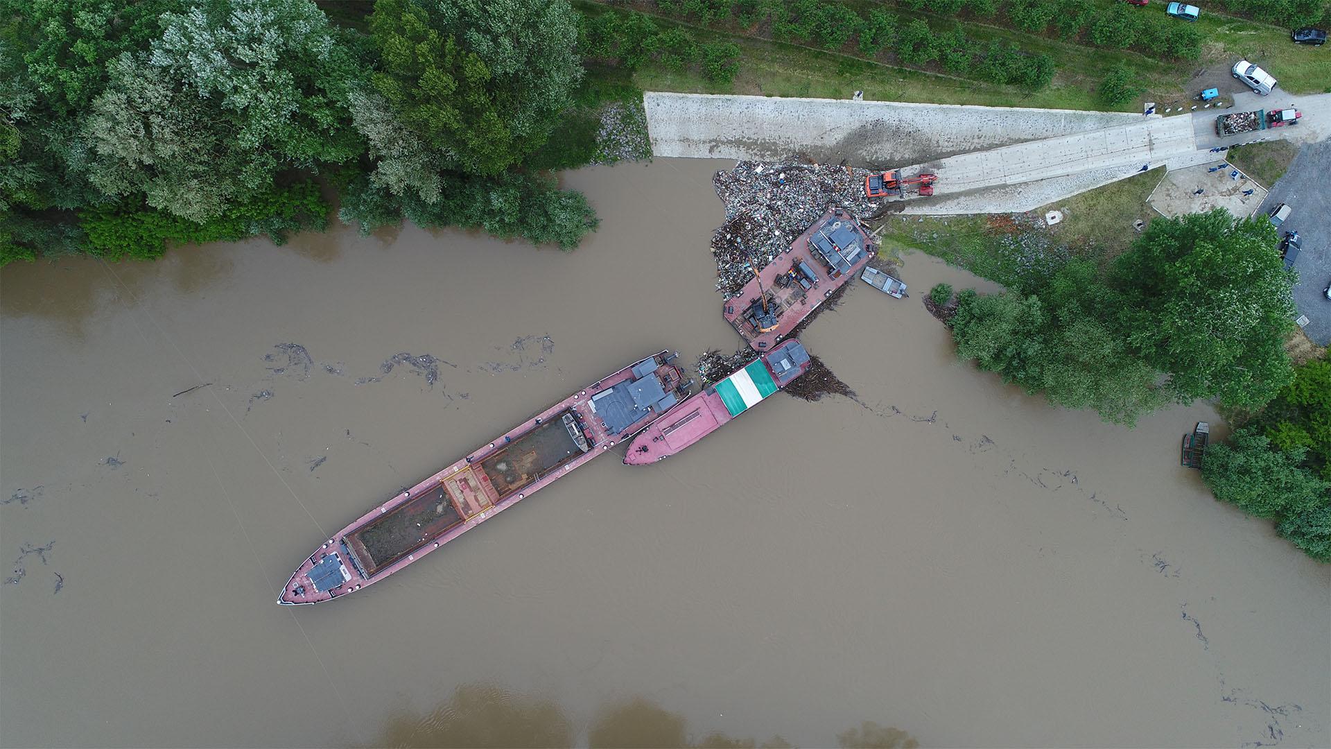 Ömlik a szemét a Szamoson, részben lezárták a folyót