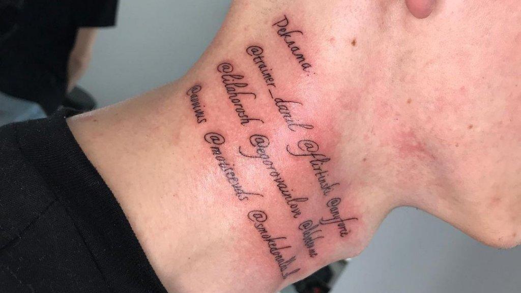 Nyakára tetováltatott reklám