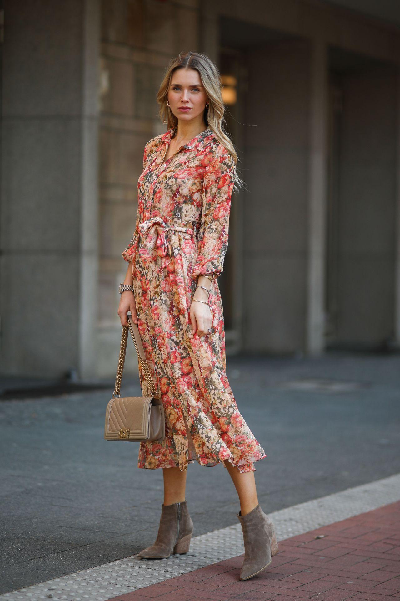Gyönyörű virágos ruhák közül válogathatunk, próbáljunk fel többet is, hogy megtaláljunk a fazonban és színekben is leginkább megfelelőt.