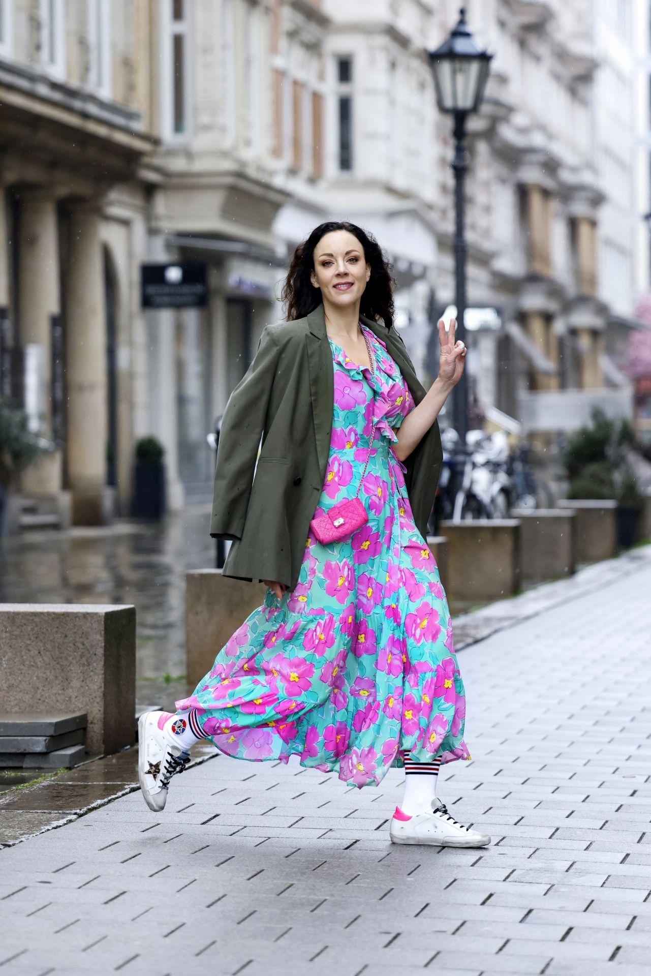 Élénk színű, virágos ruha nem csak jól néz ki, de jobb kedvre is deríthet.