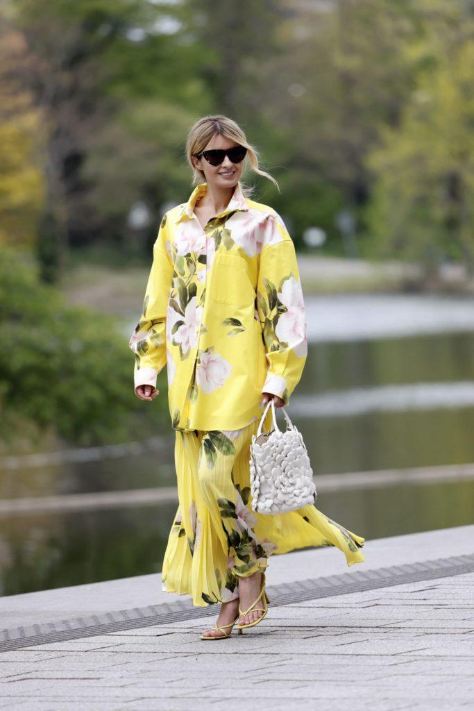 A matchy-matchy divatos! Egyrészes ruha helyett választhatunk ugyanolyan mintás felsőt és szoknyát is, az összhatás így is nagyon jó lesz.