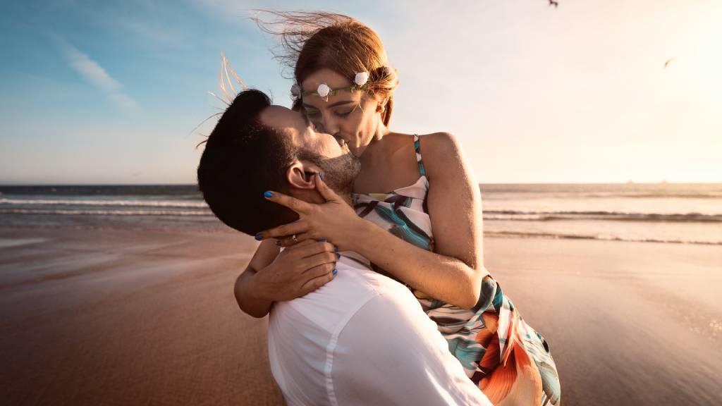 szerelmespár tengerparton nyári szerelmi horoszkóp