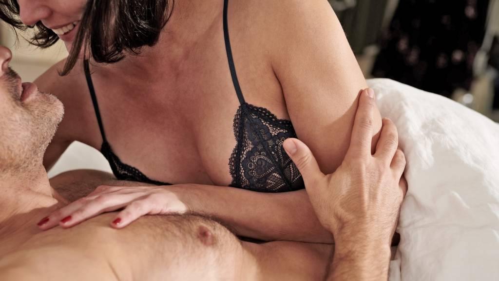 nő és férfi az ágyban