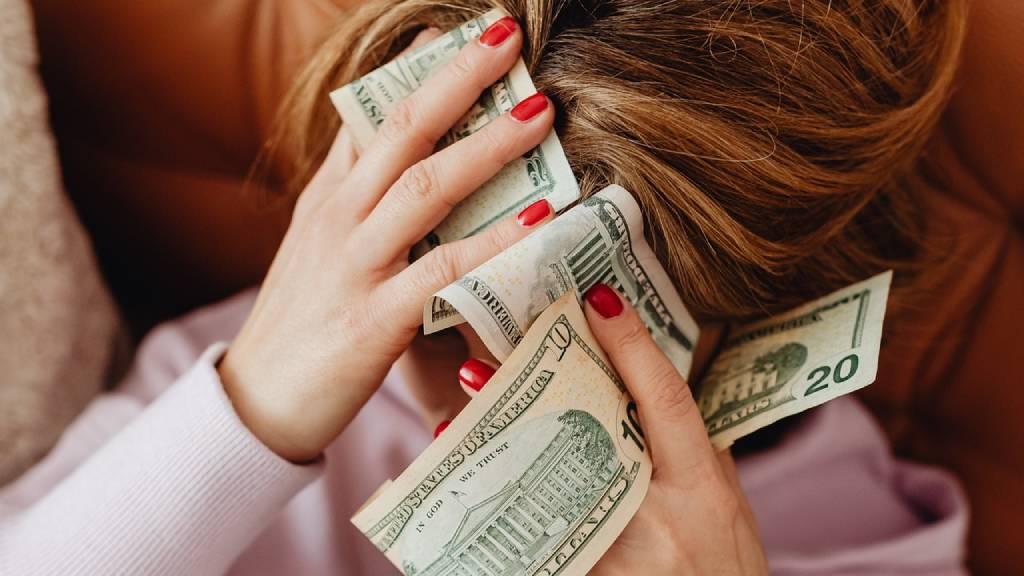nő pénzzel
