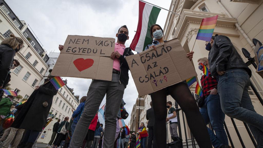 LMBTQ+-aktivisták tüntettek a londoni magyar nagykövetség előtt
