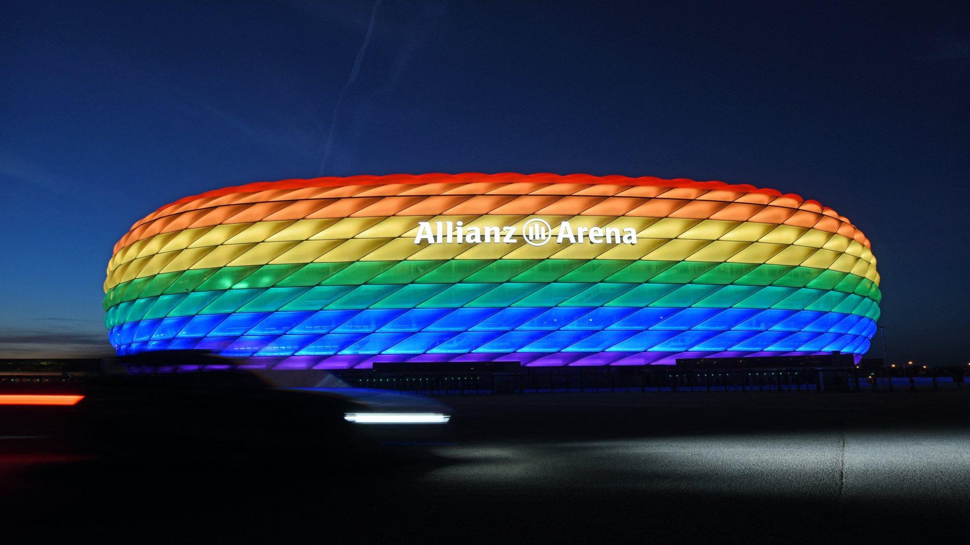 Szivárványszínű világított stadion Münchenben