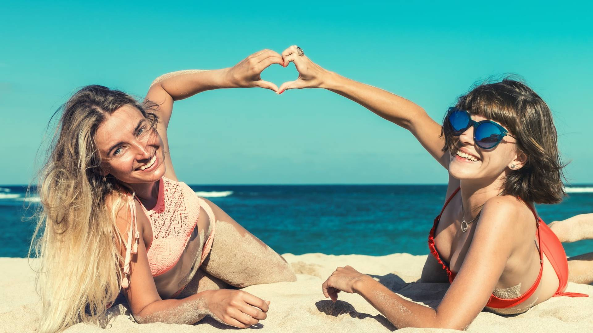 barátnők a tengerparton