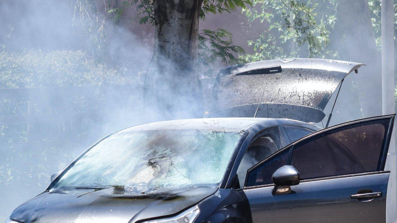 Füstölő autó