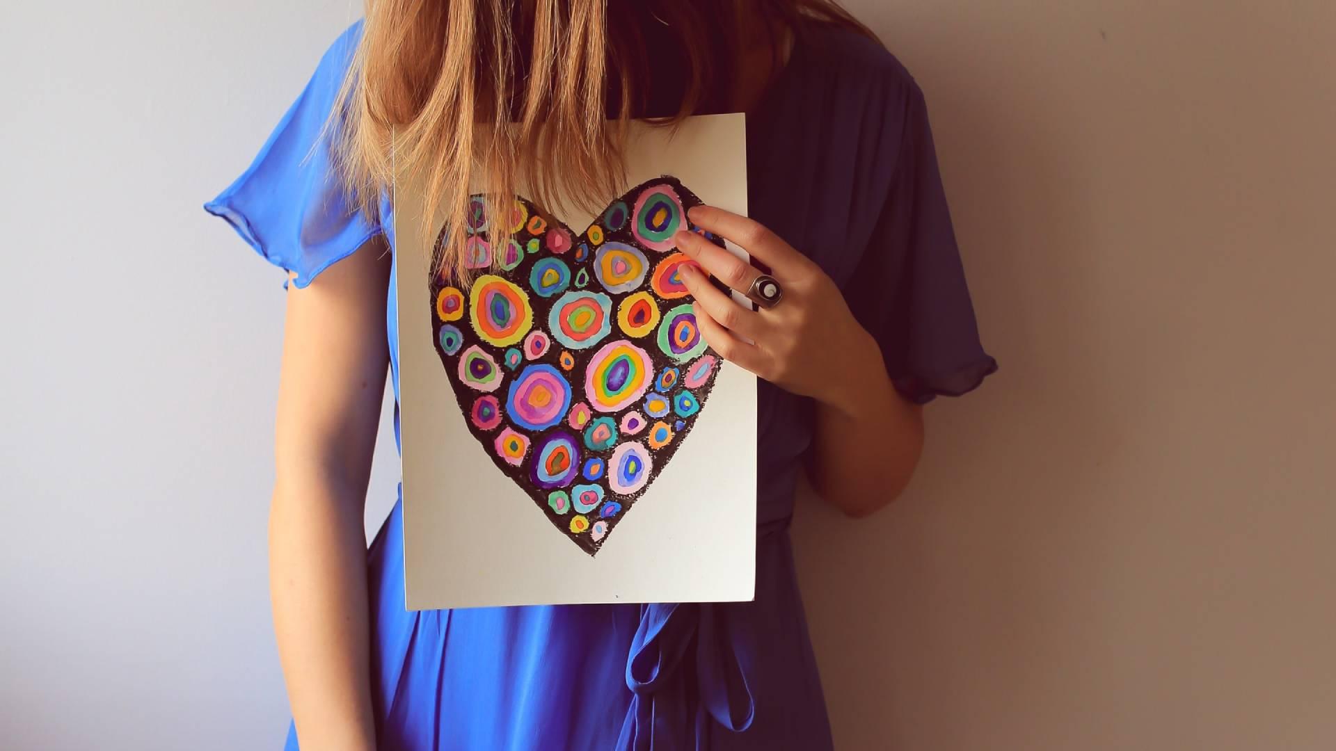 nő színes szívvel