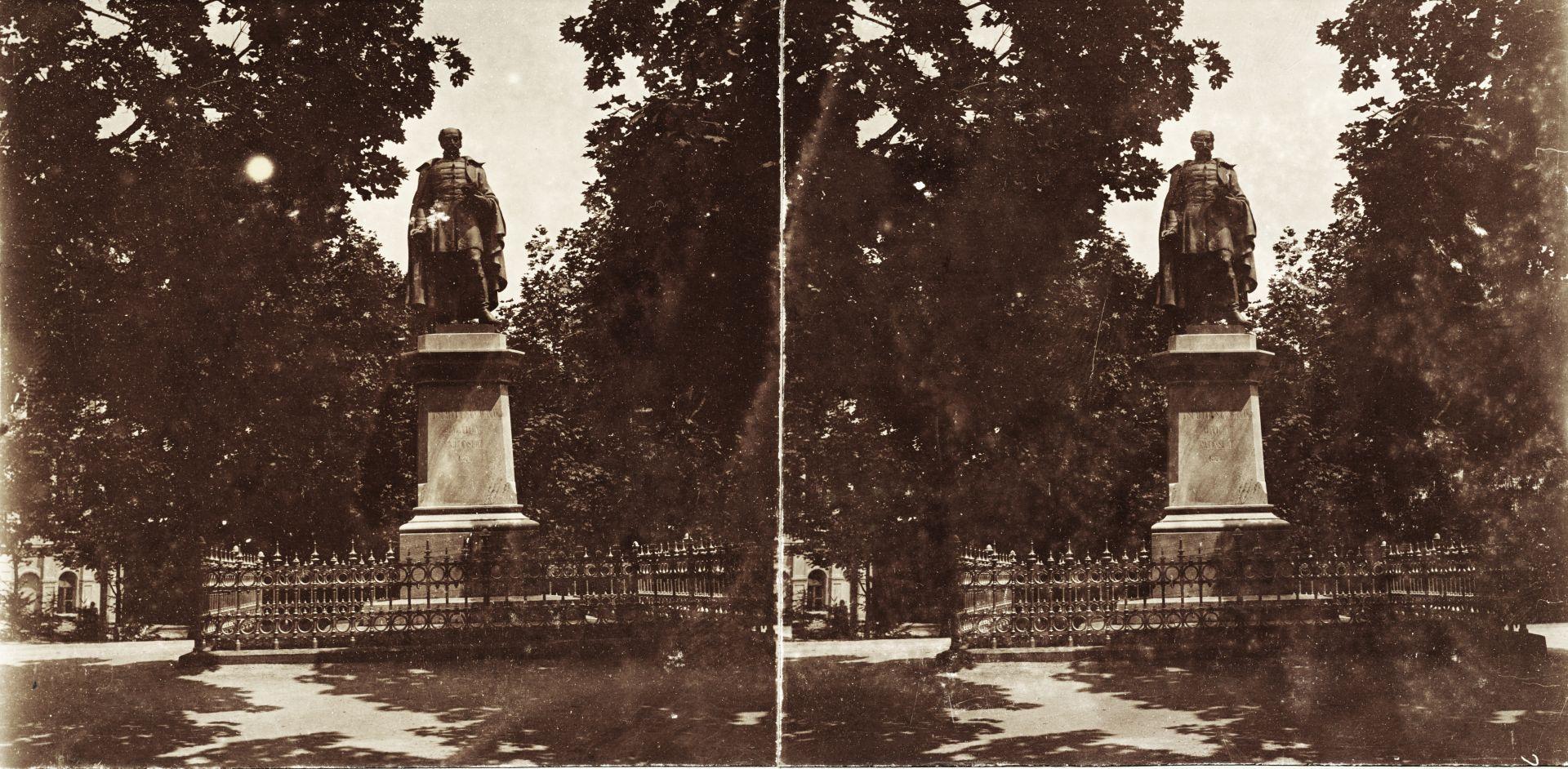 Balatonfüredi Tagore sétány, Kisfaludy Sándor szobra (Vay Miklós, 1876). A felvétel 1894-ben készült.