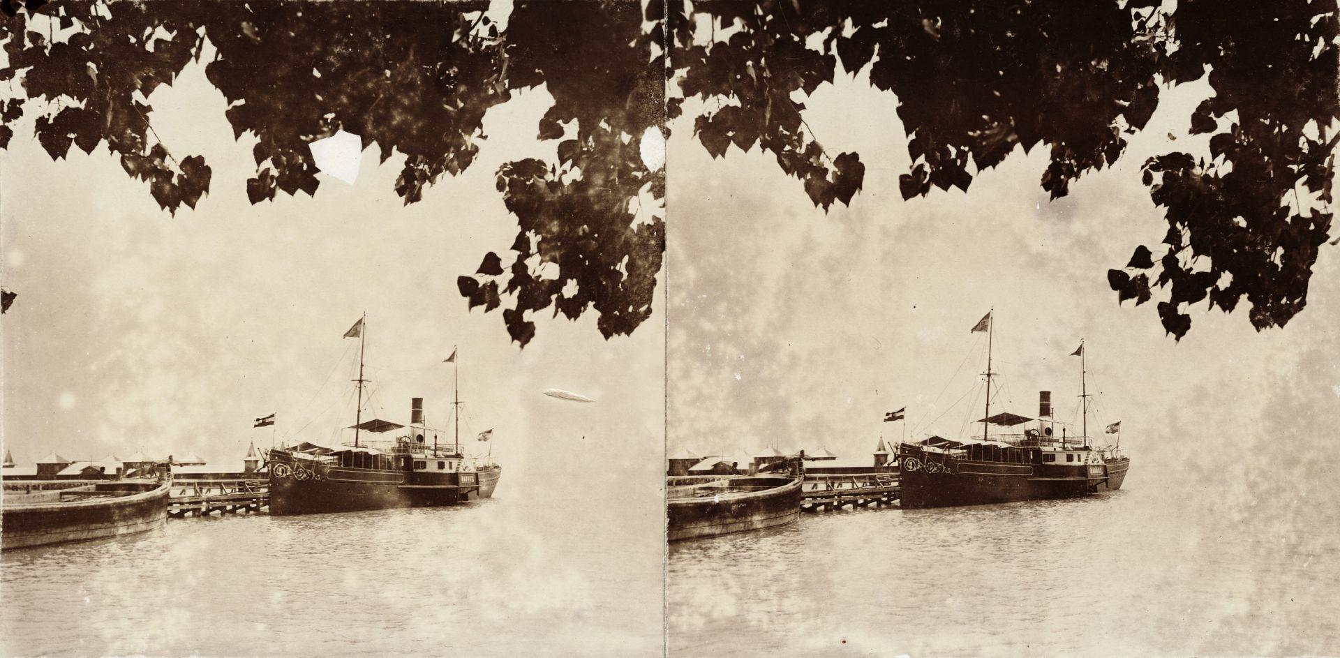 Baross gőzhajó a füredi mólón, háttérben a fürdőház. A felvétel 1894-ben készült.