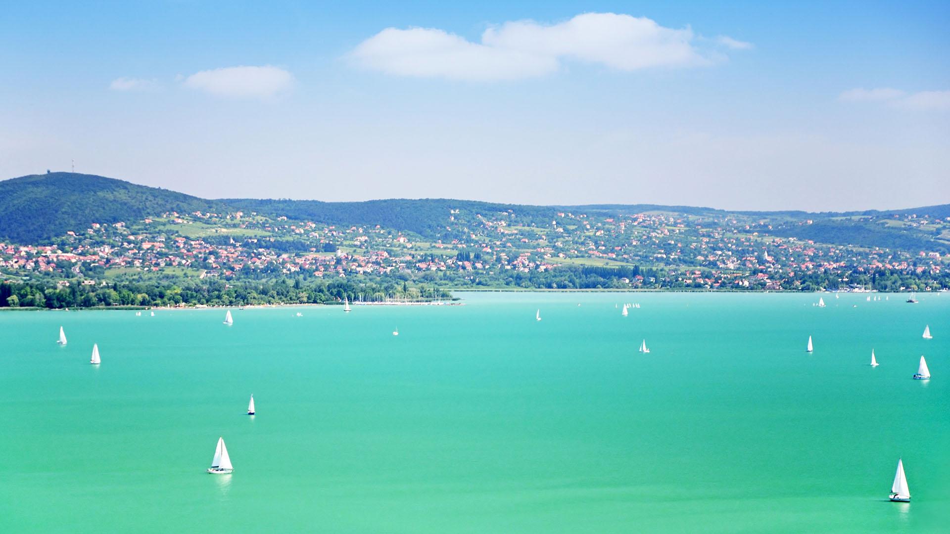 Egy portugál tengerparti nyaralóért kevesebbet kell dolgozni a helyieknek, mint a magyaroknak egy balatoniért
