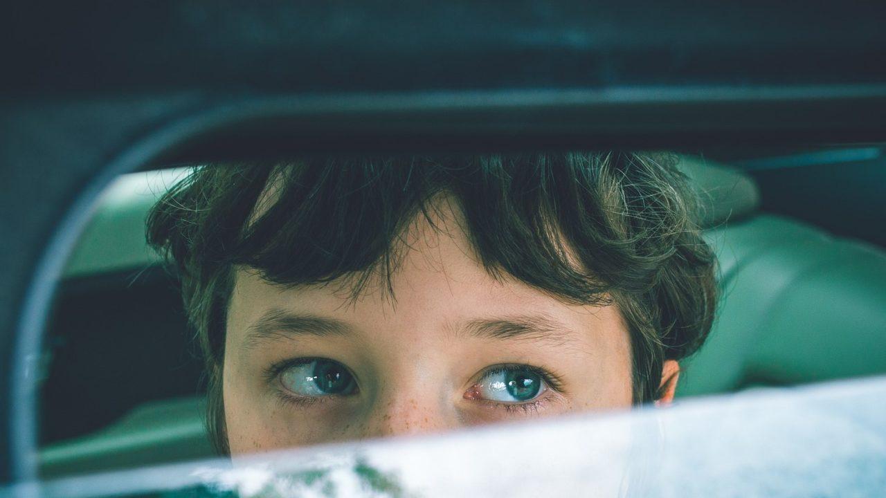A tűző napon ragadt az autóban a kisfiú, rendőrök menekítették ki
