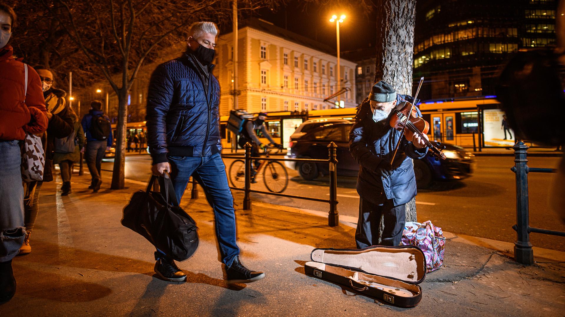 Idős utcazenész a Nagykörúton