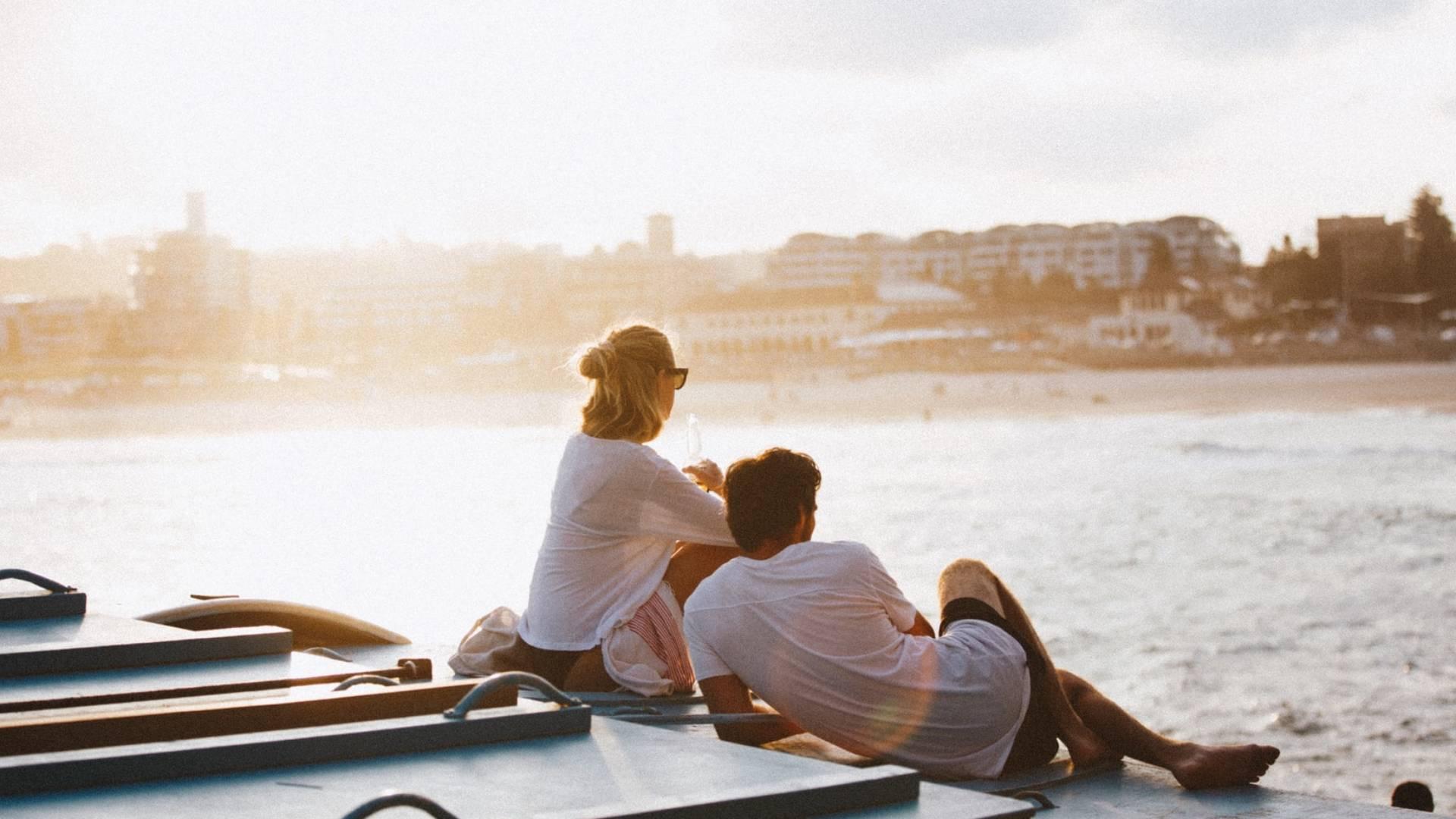 szerelmespár vízparton