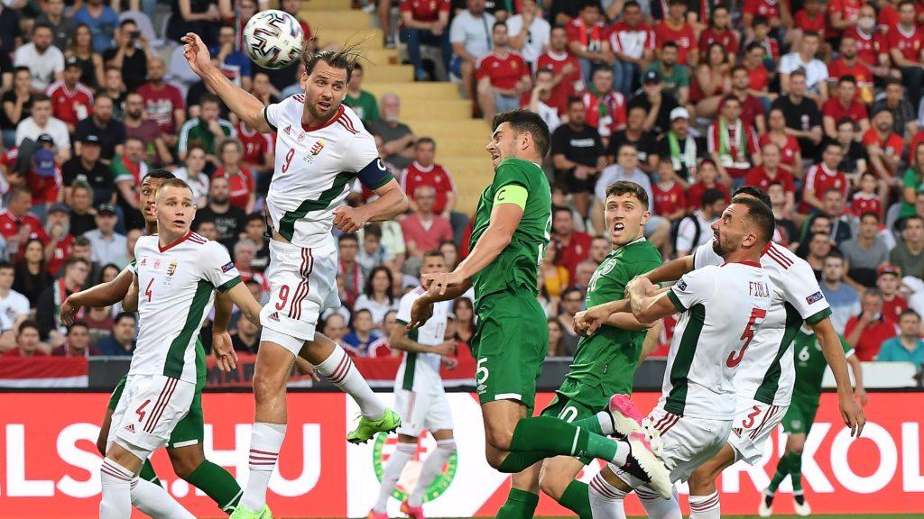 Szalai Ádám, a magyar és John Egan, az ír válogatott játékosa Magyarország - Írország barátságos labdarúgó-mérkőzésen Budapesten, a Szusza Ferenc Stadionban 2021. június 8-án.
