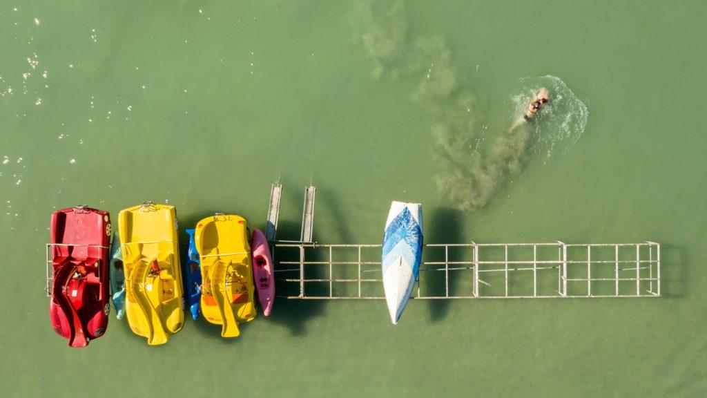 Vízibiciklik a Balatonban Siófoknál.
