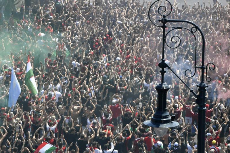 Megdöbbentő fotók: óriási tömegben vonulnak a magyar szurkolók a magyar-francia focimeccsre