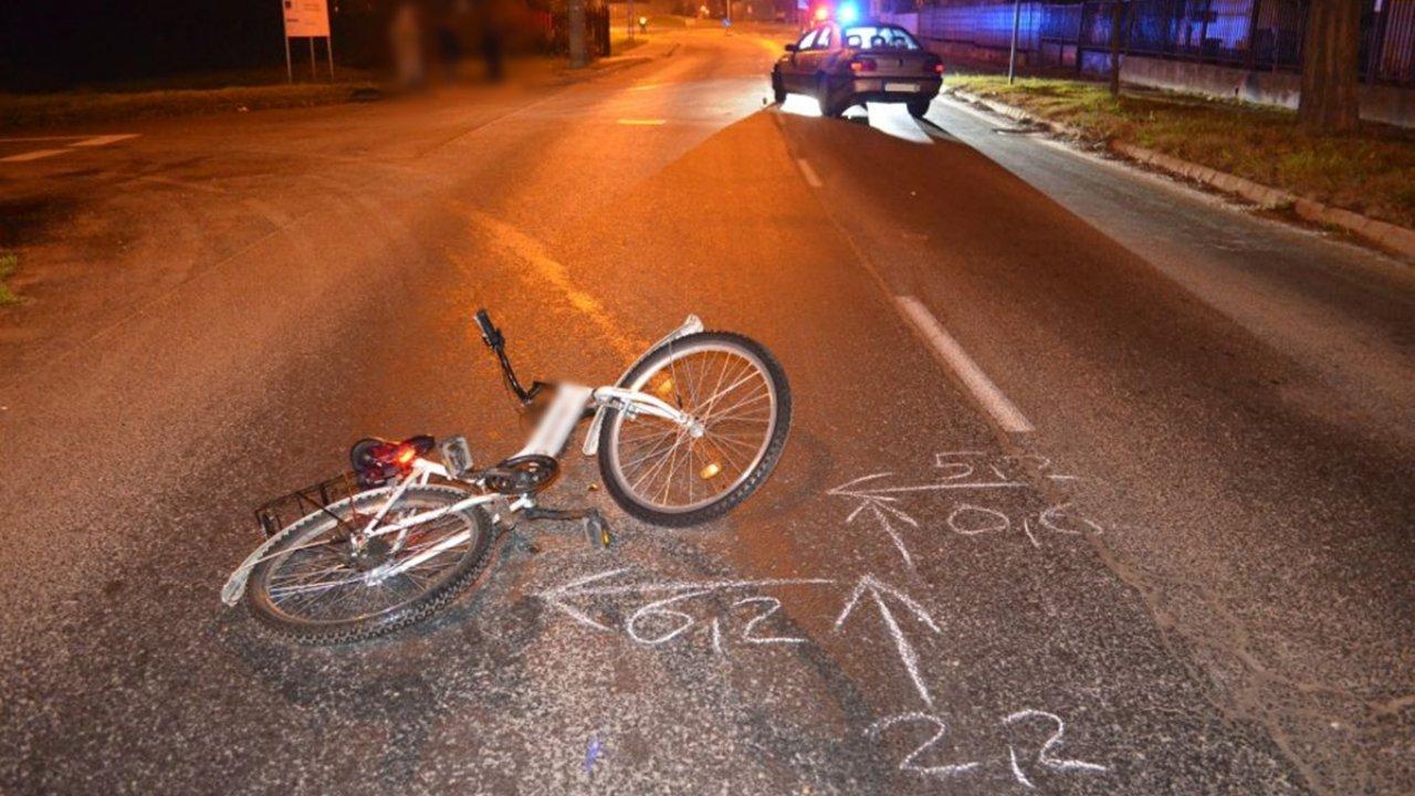 Az elgázolt 13 éves lány biciklije az úttesten Kiskunhalason
