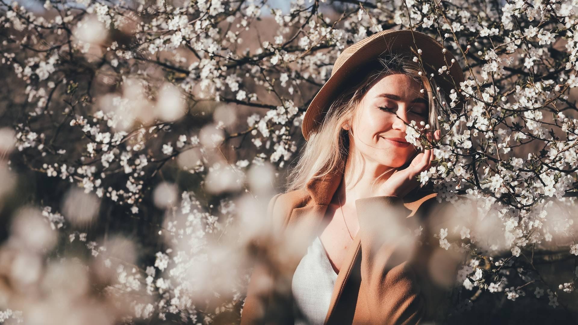 boldog békés nő virágokkal