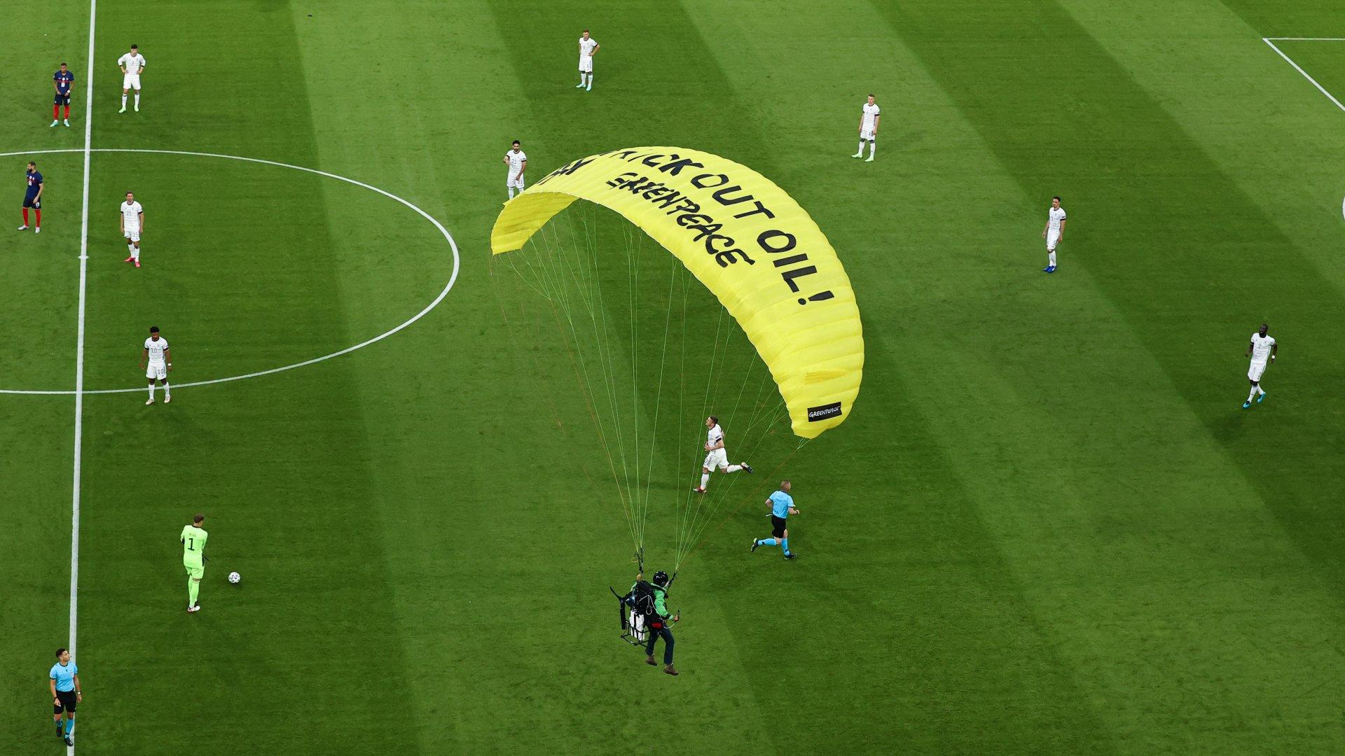 Stadionban landolt a siklóernyős Greenpeace-aktivista