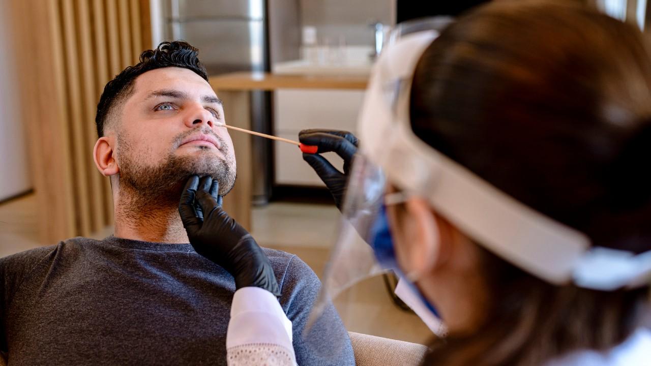 Antigén tesztelés közben (fotó: Getty Images)