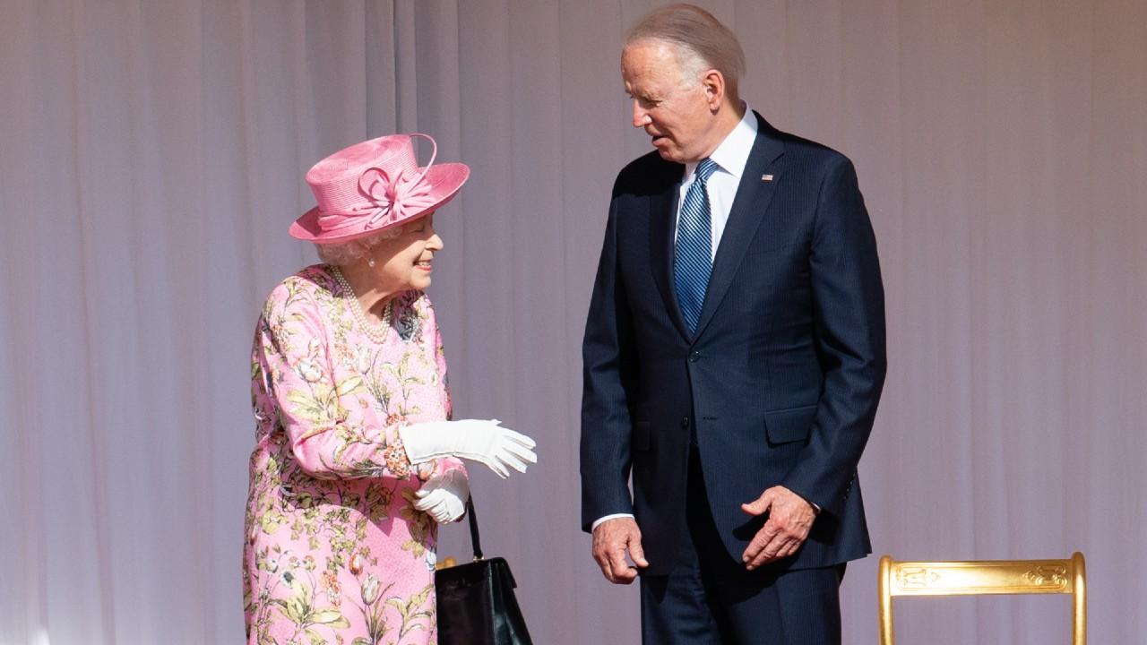 II. Erzsébet és Joe Biden, utóbbi már a napszemüvege nélkül (fotó: Pool/Samir Hussein/WireImage)