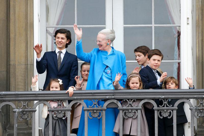 A dán királynő unokái társaságában