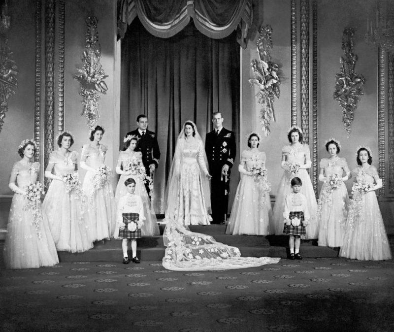 Erzsébet hercegnő és Fülöp herceg a koszorúslányokkal