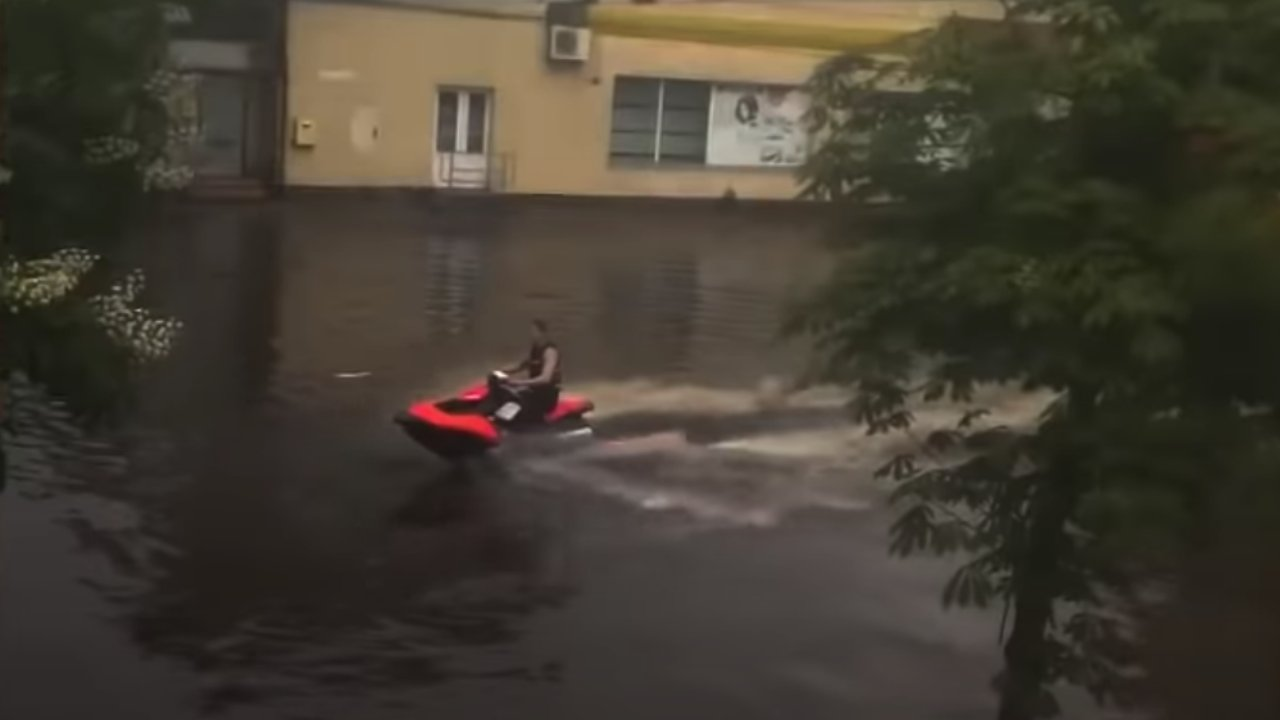 Jet skiző férfi az özönvízben