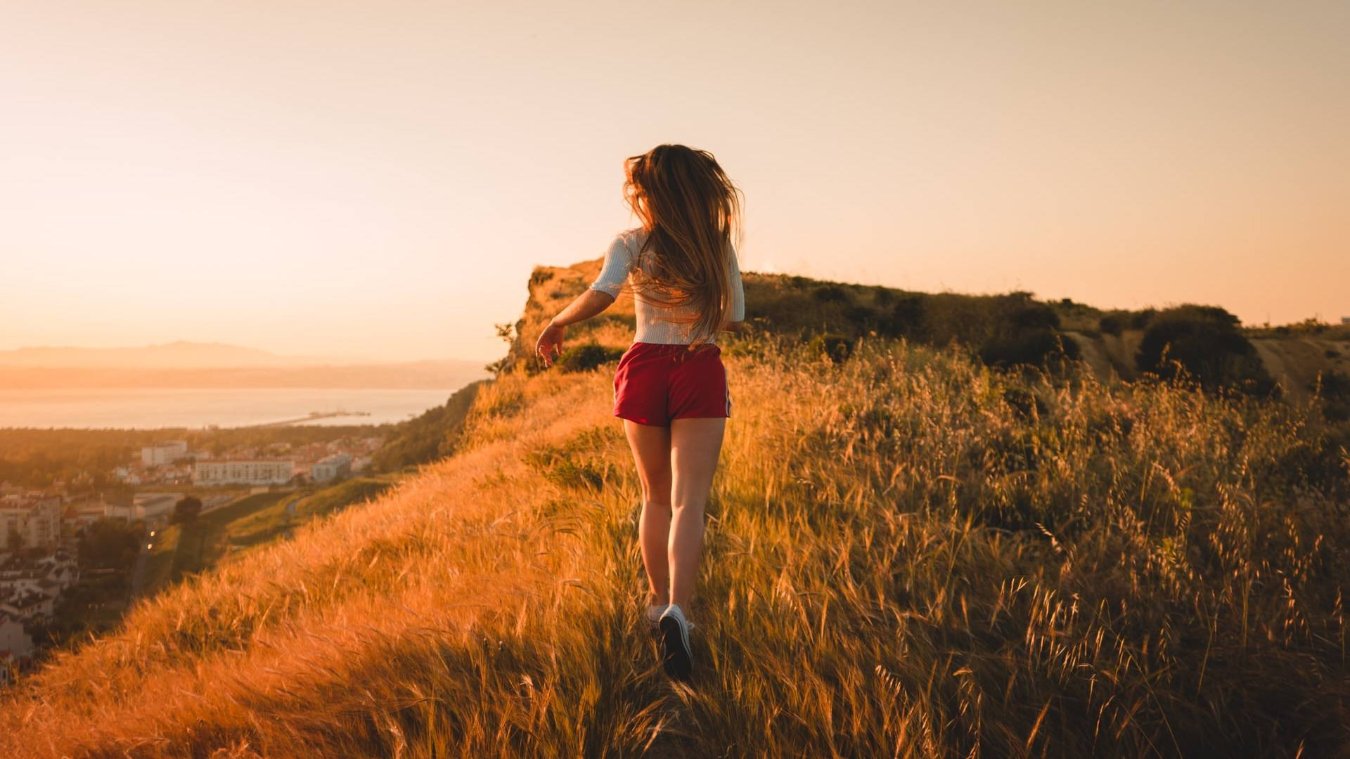 futó nő naplementében