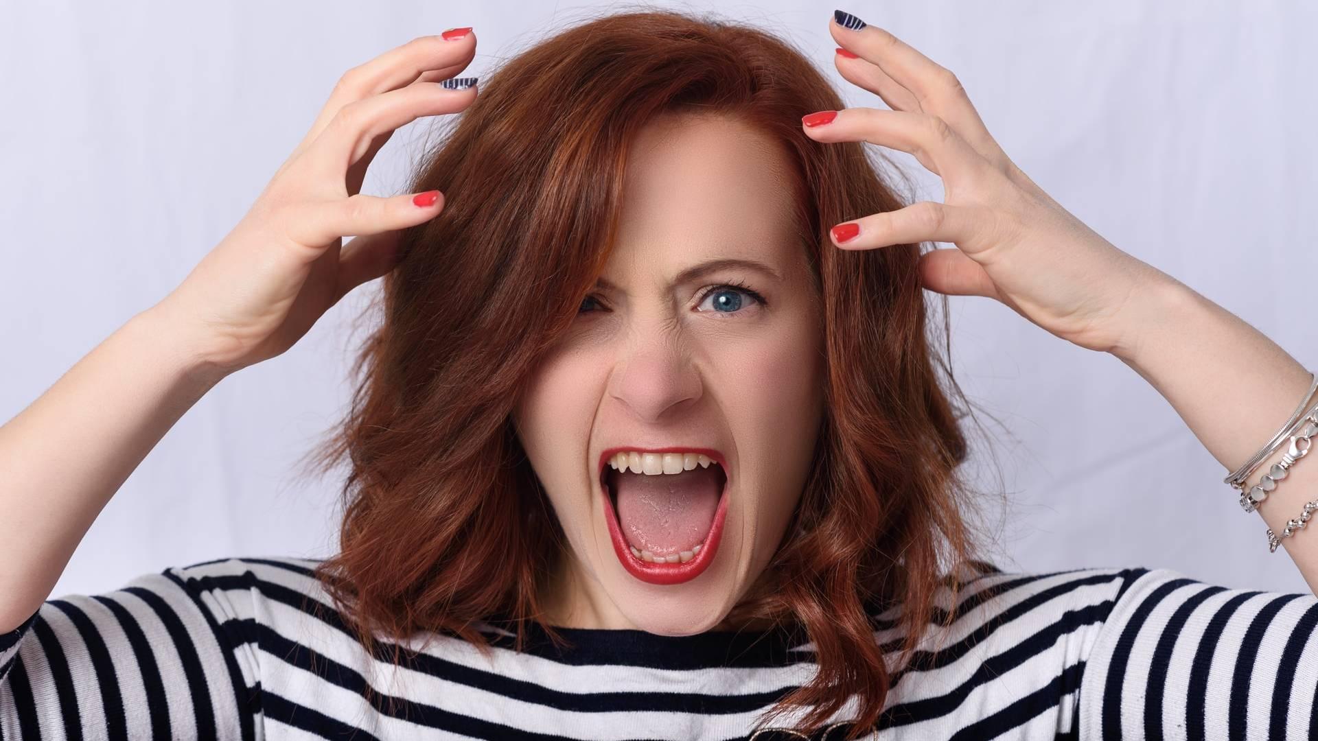 mérges nő