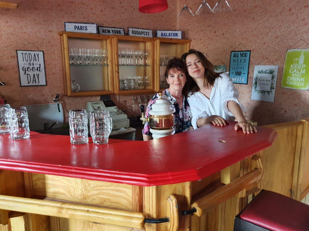 Dzsupin Ibolya és Maizác Fanni is megtanultak sört csapolni a Keresztanyu forgatásán